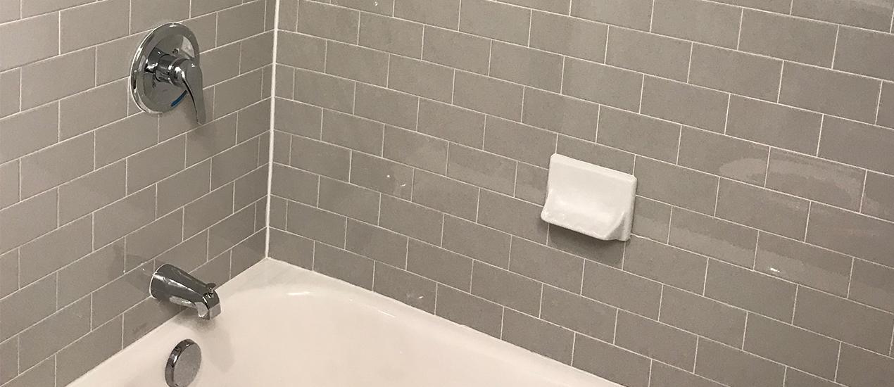 Bathtub with grey tiling